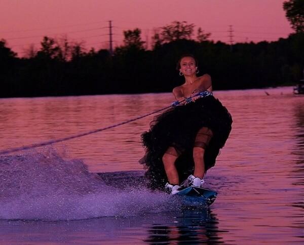 Девушка в платье на водной доске