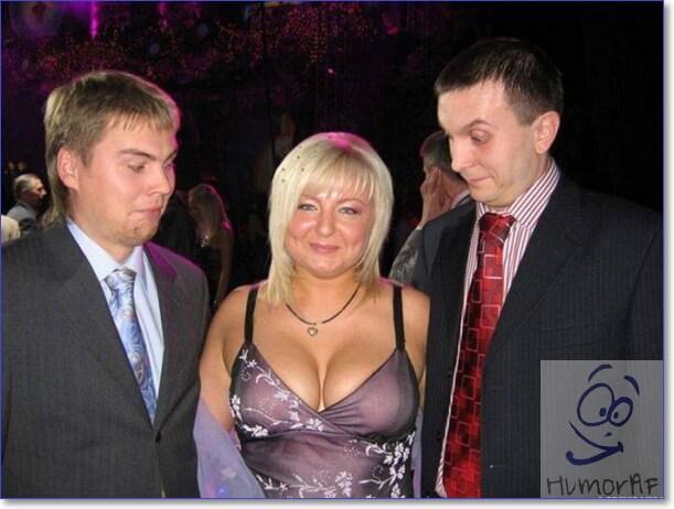 Женщины пацан грудь смотрит на
