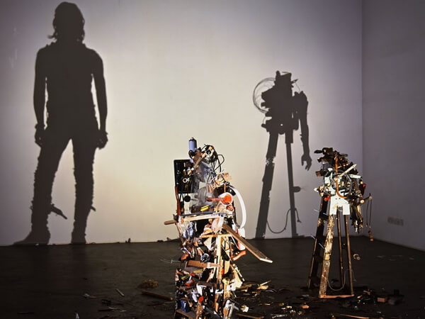 Ироничные арт инсталляции и проекции из мусора
